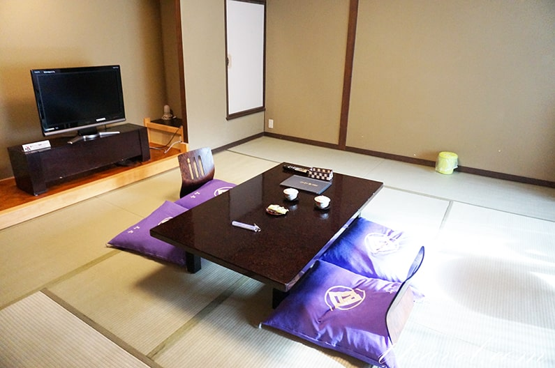 湯の山温泉寿亭の雪月花。ヒノキの内風呂付き12畳のお部屋を紹介。