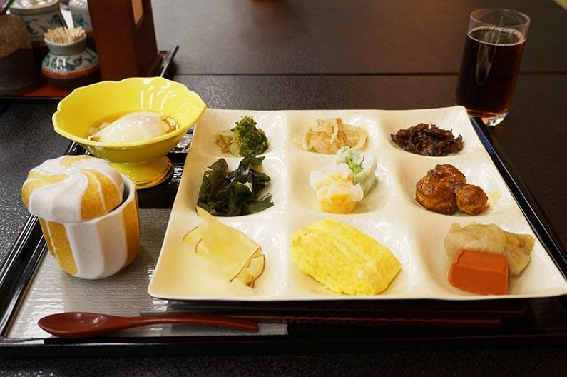 湯の山温泉寿亭の朝食バイキングのメニューを紹介。