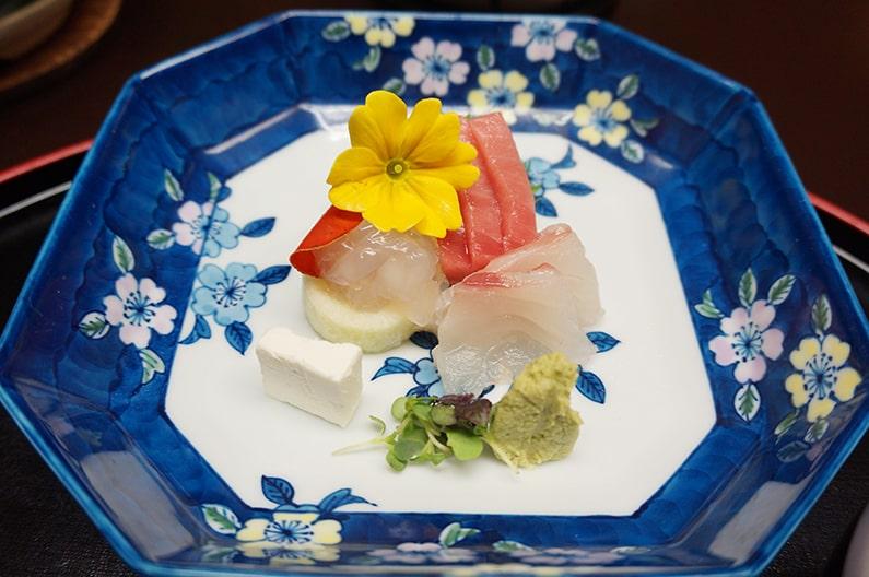 ホテル花水木のお部屋食の夕食メニュー。本館の食事内容を紹介。